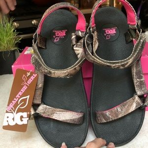 f833efa4d85 NEW Realtree Girl Camoflage Water Friendly Sandals